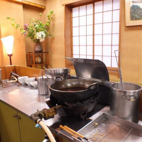 【宴会個室】ぐるりと揚げ場を中心とした天ぷらカウンター席。最大30名様迄ごりよういただけます。掘りごたつ式で足元も伸び伸び。旅館に来たようなくつろぎを感じるお部屋です。熟練の腕で揚げられる天ぷらのライブ感もお楽しみください。