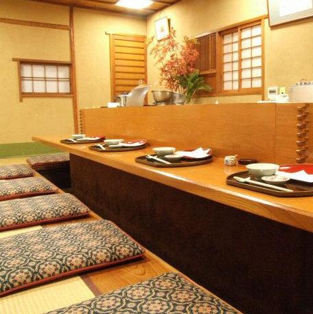 【各種ご宴会・歓送迎会・接待に最適】フロア貸切(最大10名様まで)冬場はヒーターもつく、暖かい掘りごたつ席でおくつろぎ下さい。目の前で揚げる自慢の天ぷらをお愉しみ下さい。日本の古き好き民家のような雰囲気で、外国人の方からも人気の店内です。