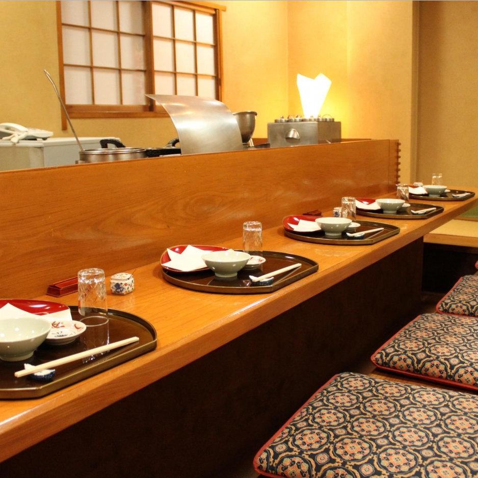 【目の前で調理が見える席】10名様まで利用できる「コ」の字型のカウンター席。