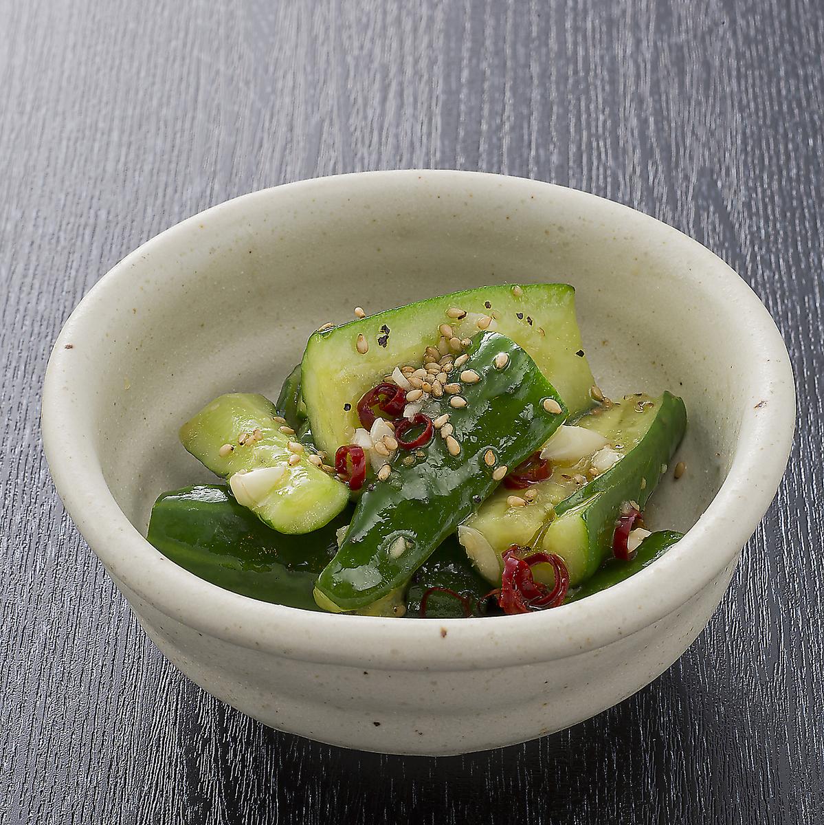 不均勻的黃瓜大蒜醃製