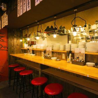 気どらず入れる店内は、本場中国の屋台にいるかのような雰囲気。厨房に面したカウンター席は、お一人様でも気兼ねなく飲んだり食べたりできる特等席。厨房から聞こえる調理中の音や、立ち上る美味しそうな香りなどライブ感が愉しめるスペースです。