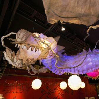 天井を這ように飾られた巨大な竜のオブジェは、少しずつ色が変化するという優れもの。『ドラゴン』の名にふさわしく、縁起の良いダイナミックな竜に見守られながら楽しい時間をお過ごしください。竜といえば必ずセットになっている宝珠。さてその在処は?ぜひご来店の上、探してみてください。