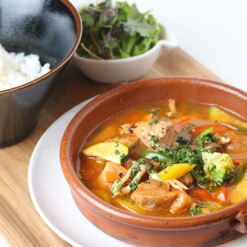 鸡肉番茄炖肉配米饭和迷你沙拉