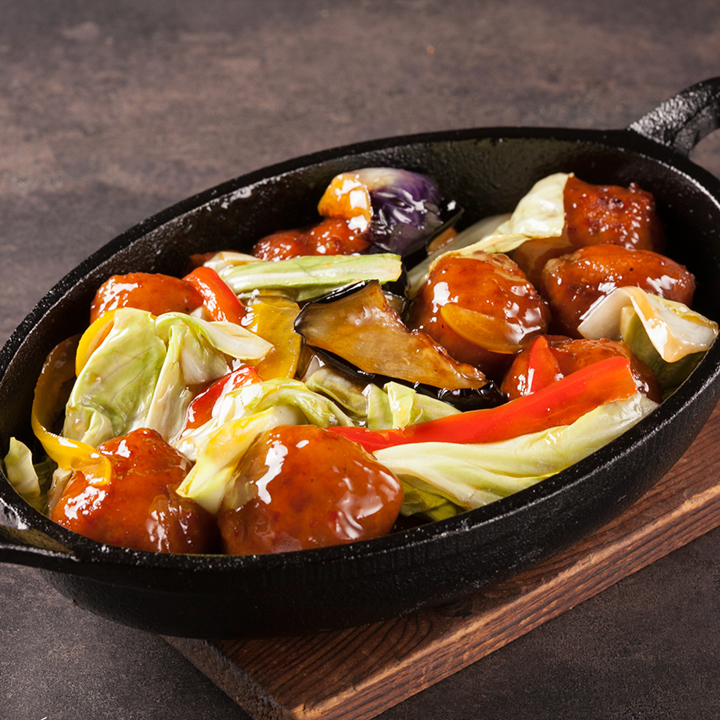 用肉餃子和蔬菜炒黑醋