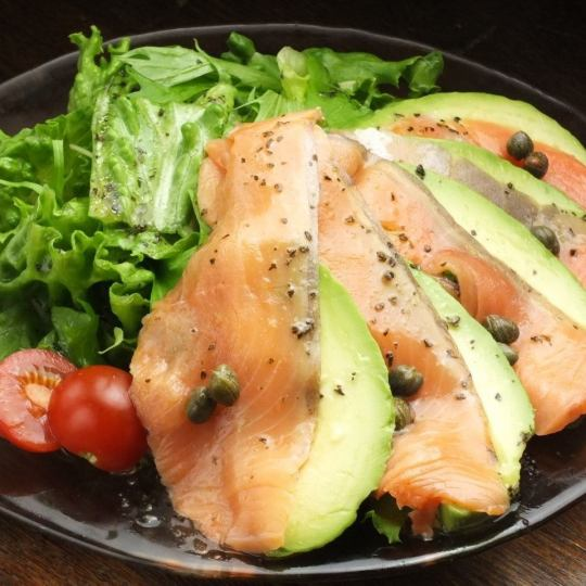 Popular among women 【Lavish salad with salmon and avocado】 ♪ It's a standard item to eat at all ★ ★ 880 yen (tax excluded)