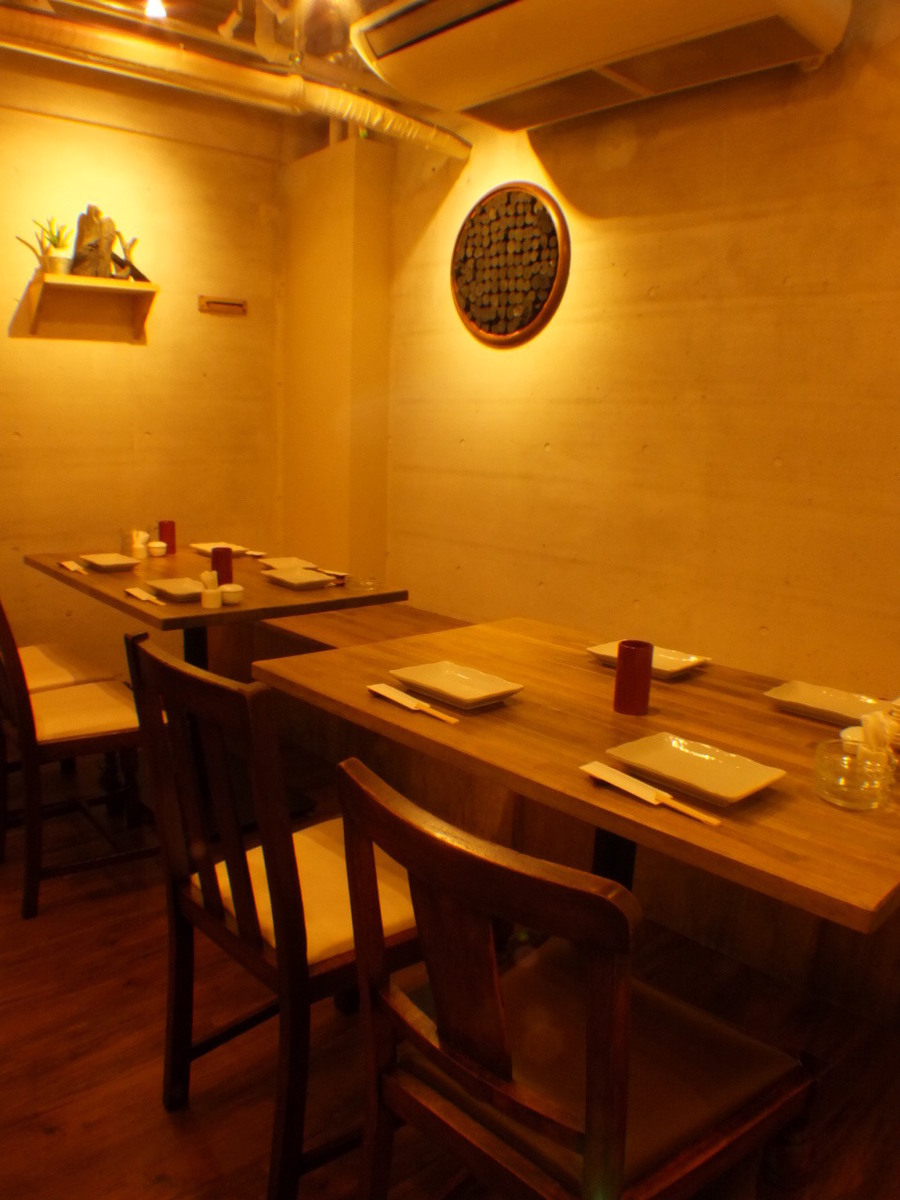 As you can see from the Bincho charcoal on the wall, the inside of the shop where you can see sticking to everywhere as well as Yakitori.A stylish seat with white tones.