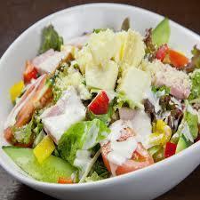 有很多蔬菜的綠色沙拉(凱撒醬)