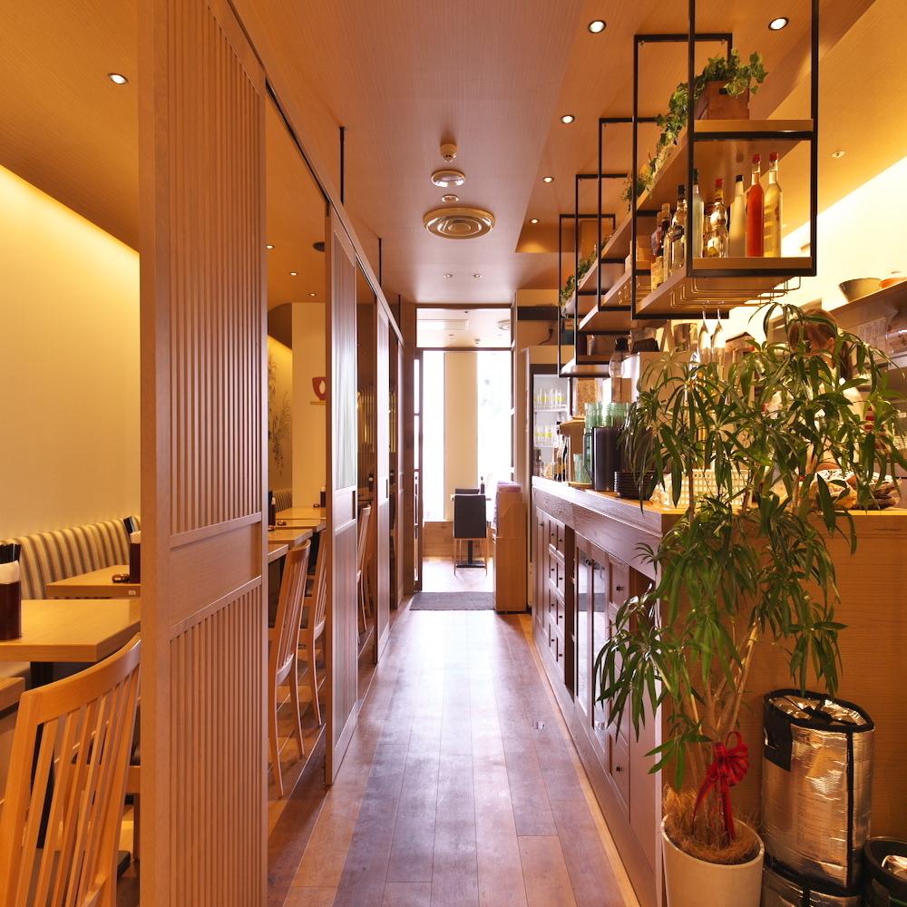 在日式现代商店,我们瞄准可以放松的空间,进入绿色等。商店内最多可预留60位客人◎