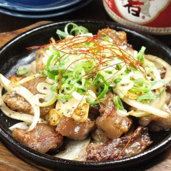 日本和牛黑条纹的蒜盐烤