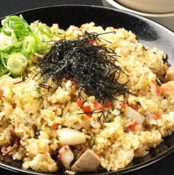 日式炒飯配海鮮和大片葉子