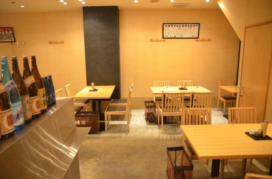 レイアウト変更可能なテーブル席。木のぬくもりが感じられる居心地のいい空間。大人数のご予約もOK!お問合せお待ちしております。