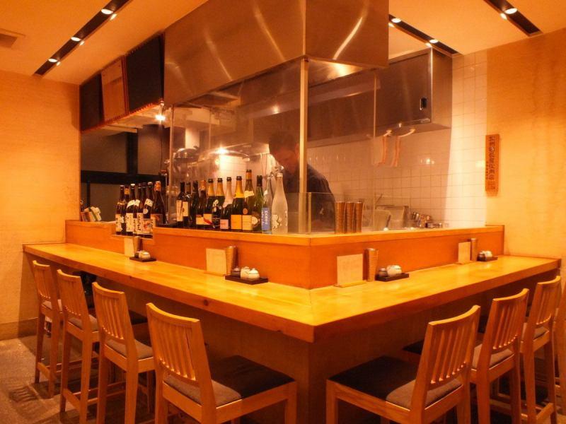 お店自慢の料理の数々は、種類豊富に取り揃えるお酒によく合う逸品ばかり。カウンターとテーブルの上品な落ち着いた空間で、しっとりと楽しみたい一軒。静かな音楽が流れる大人空間は宴会利用のみならず、記念日・デート・接待にもおすすめです。