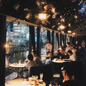 メインフロア窓際カップルソファ席*人気席のため早めのご予約がベターです。