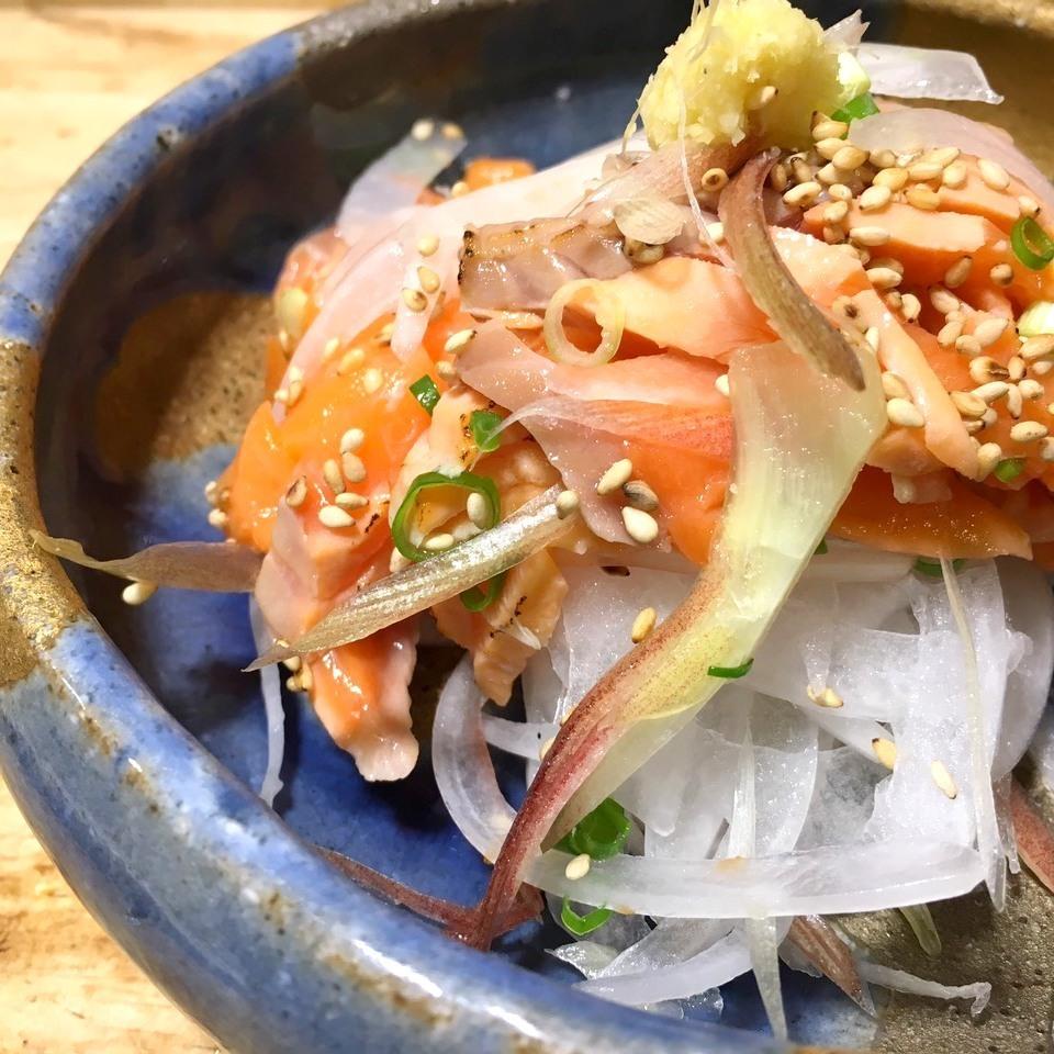 烤三文鱼配调味蔬菜沙拉