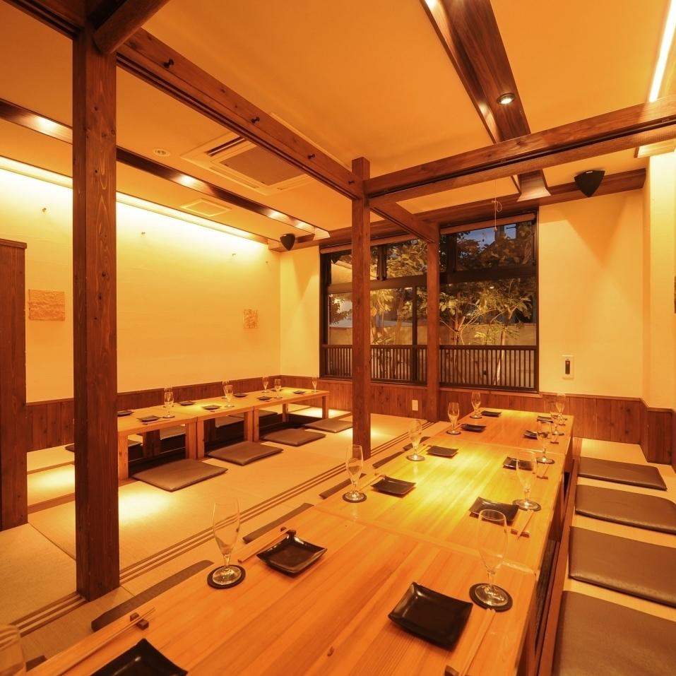 琉球畳を使用した開放感のある掘りごたつ空間は、仕切りを開けて最大26名様までのご宴会が可能です。