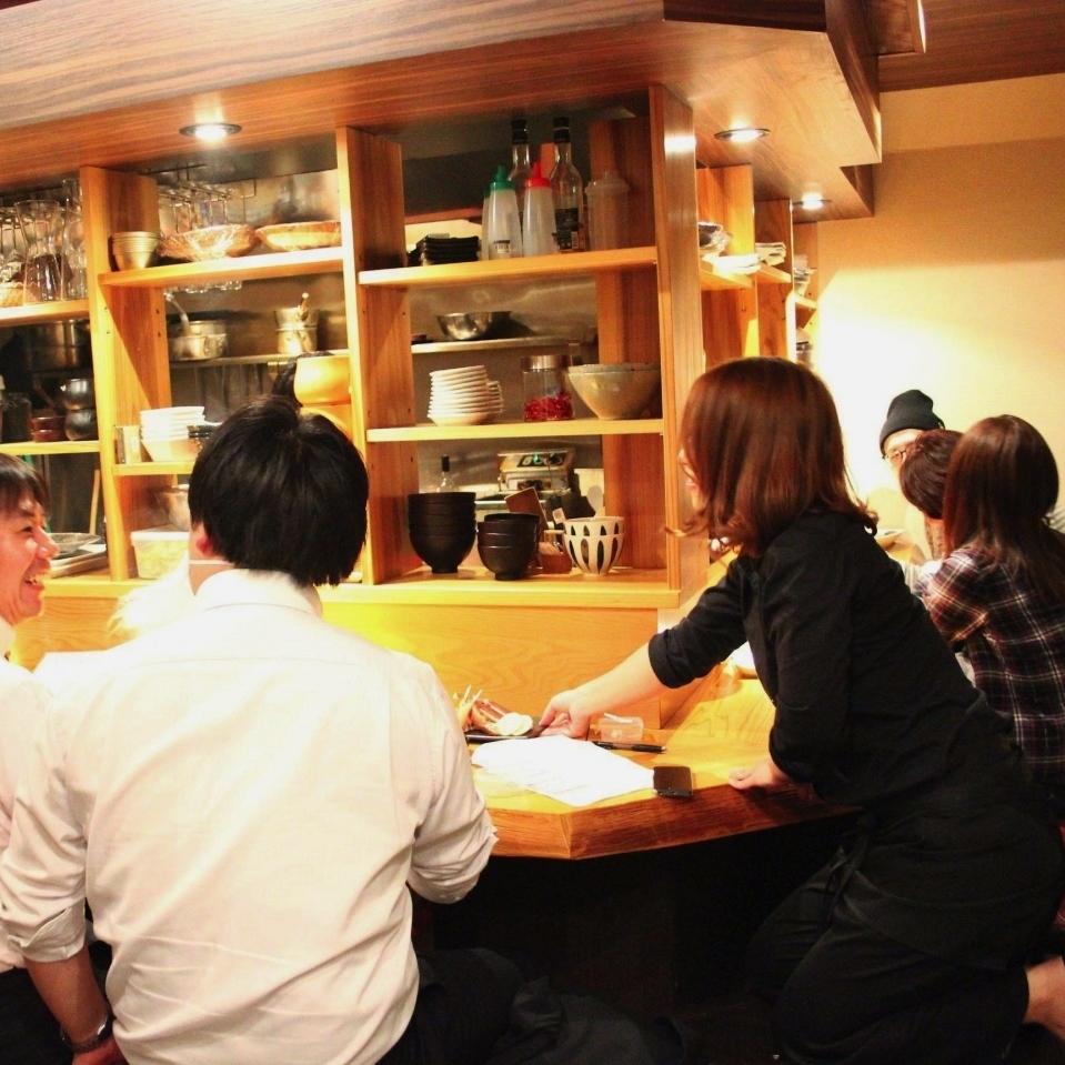 女性のお客様も多い、オープンキッチンのカウンターは8席!