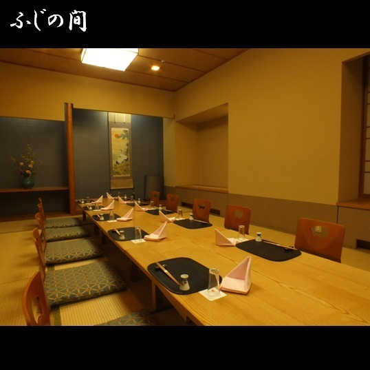 """Fuji (Zashiki or Istuburu) It is a medium-size room that can be used for up to 20 people, separated by removable walls """"between Kiku"""".It is perfect for meals after dinner, celebrations of Shichigo-San, and after legal requirements"""