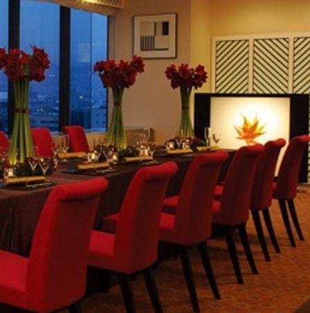호 - 르 좌석 (의자 테 - 블루) 결혼과 대연 회장으로 이용하실 수 있습니다.히로시마 역 측의 야경을 호텔 11F보다 조망할 수 있습니다