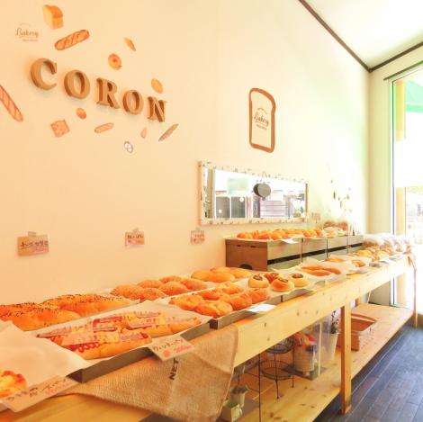 ≪地元の美味しいパン屋さん♪≫交差点の角にございます、「米粉パン専門店Coron」。開店時間の10時には、国産米粉を使ったこだわりのパンが棚一面に並びます☆米ワッサンや食パン、惣菜パンなど定番の品の他に季節限定の商品も期間限定でお買い求め頂けます♪