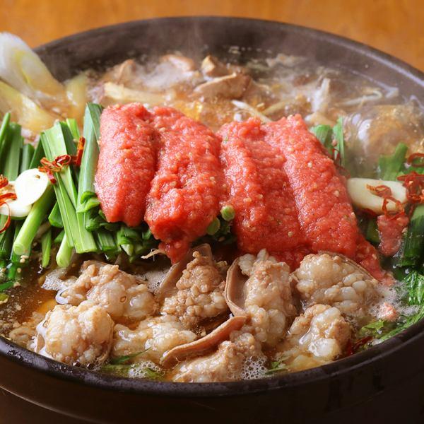 どーーんと明太子がのった特製のプレミアムもつ鍋、毎年定番のプリプリもつ鍋がコースで楽しめる!