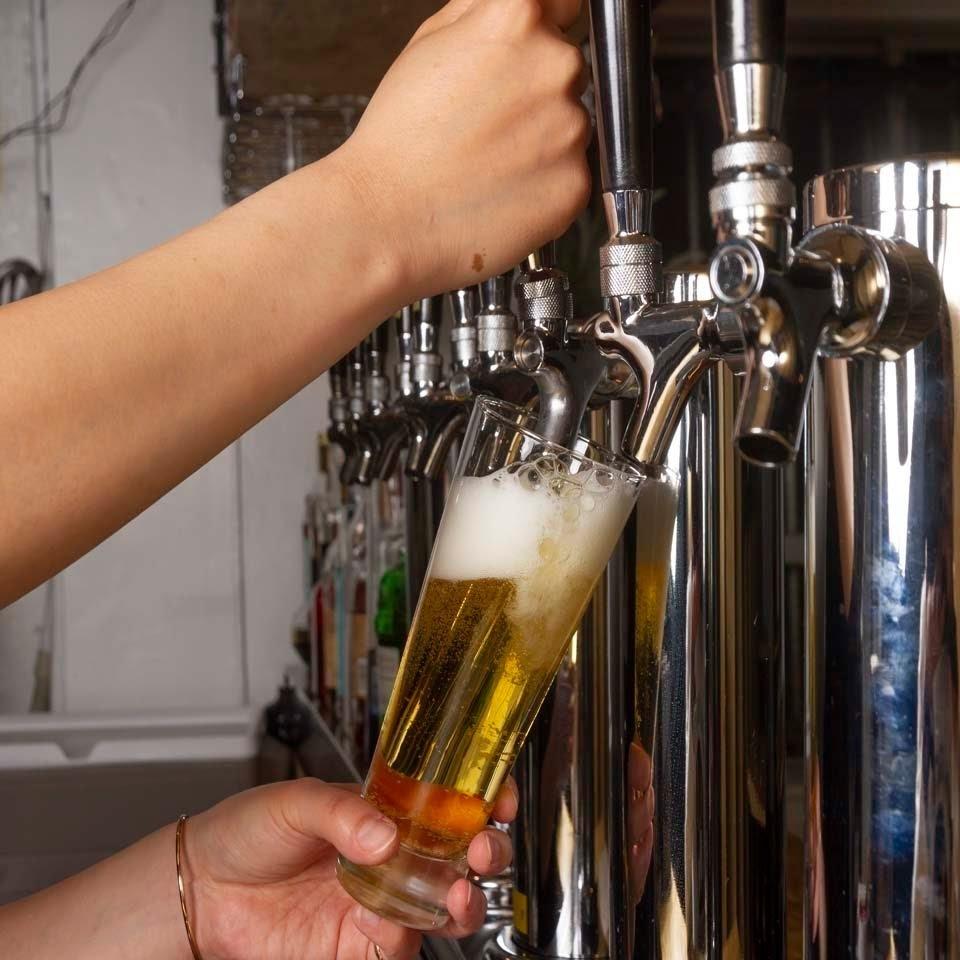 請享受美味的海外精釀啤酒和在無法忍受的啤酒桶中存放的菜餚的婚姻♪