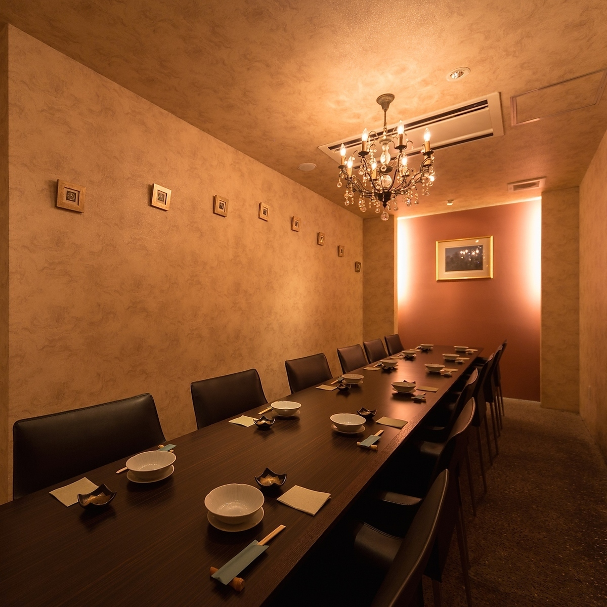 Completely private room for up to 12 people.The only Western-style room in the Japanese space.The space where the chandelier lights brightly, Please also visit alumni associations and mama associations