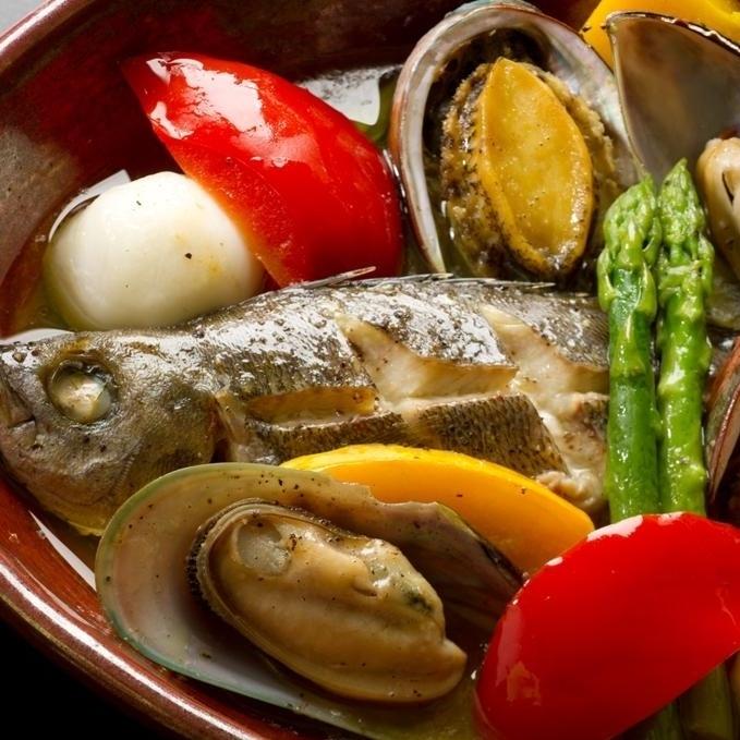 白身魚と蝦夷鮑の蒸しアクアパッツァ