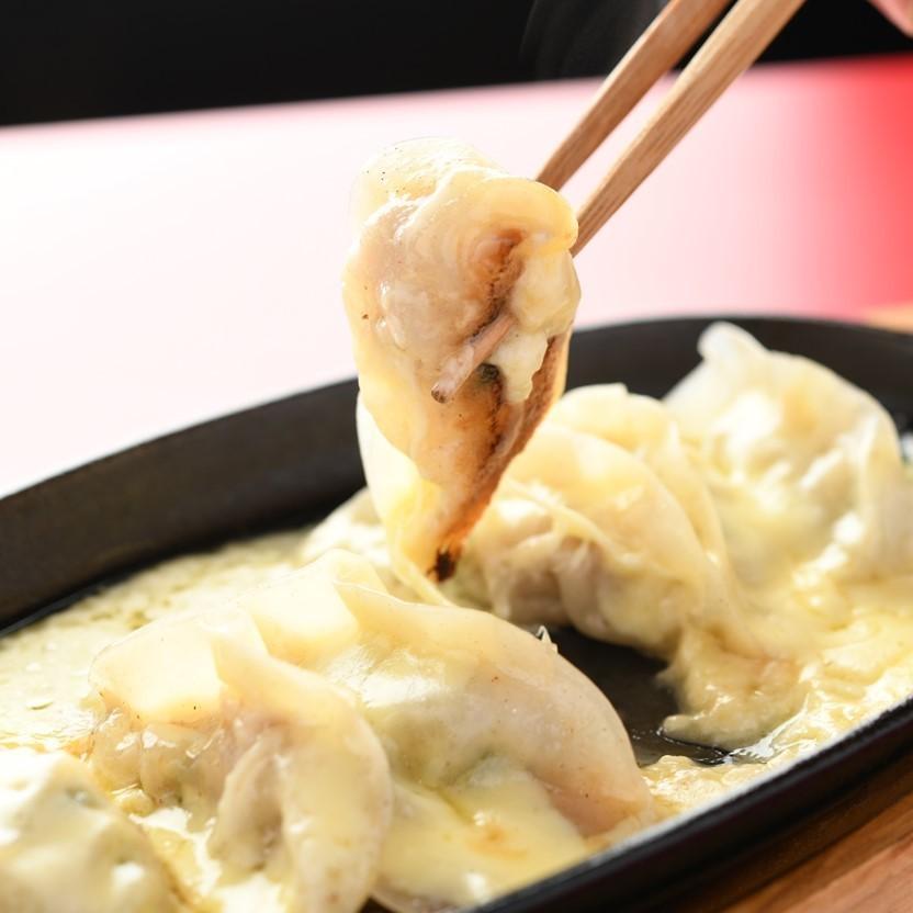 大量的双层奶酪饺子